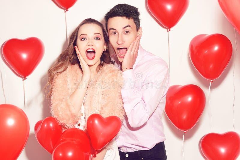 El hombre con su muchacha preciosa del amor chocó El día de San Valentín del amante Valentine Couple Pares sorprendidos, muy feli fotos de archivo libres de regalías