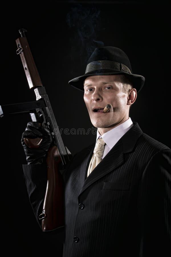 El hombre con un cigarro tiene gusto de un gángster de Chicago foto de archivo libre de regalías