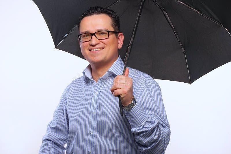 El hombre con un paraguas imagen de archivo
