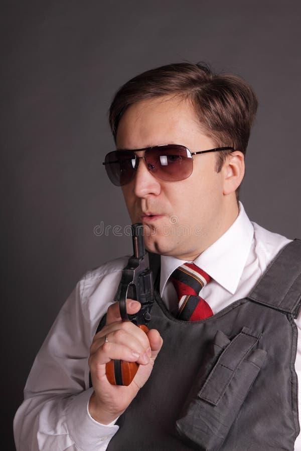 El hombre con un revólver imagen de archivo libre de regalías