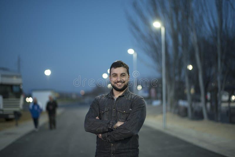 El hombre con una barba presenta el día de invierno en imagen al aire libre de la noche imagen de archivo
