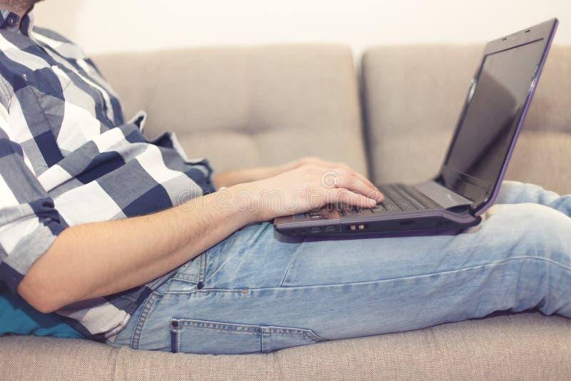 El hombre con una computadora portátil imagen de archivo libre de regalías