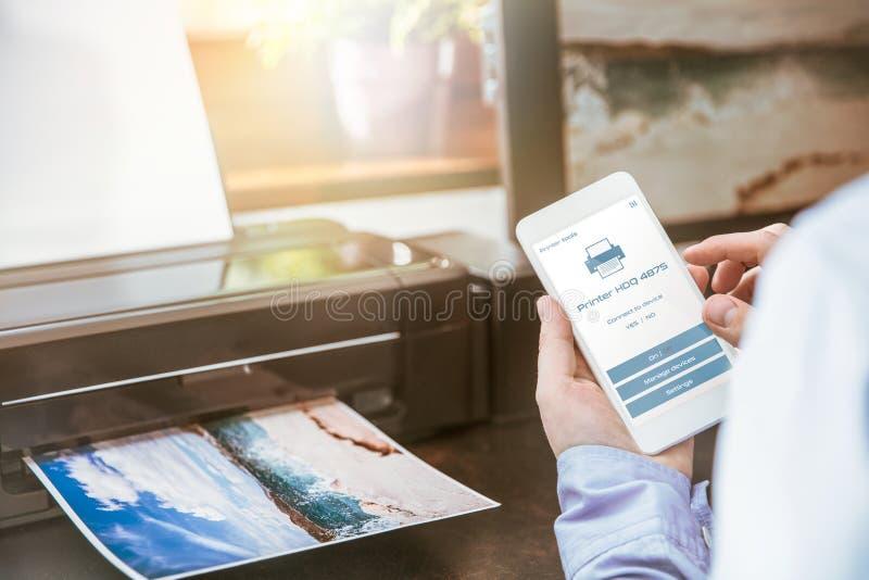 El hombre configura la conexión de un teléfono móvil imágenes de archivo libres de regalías