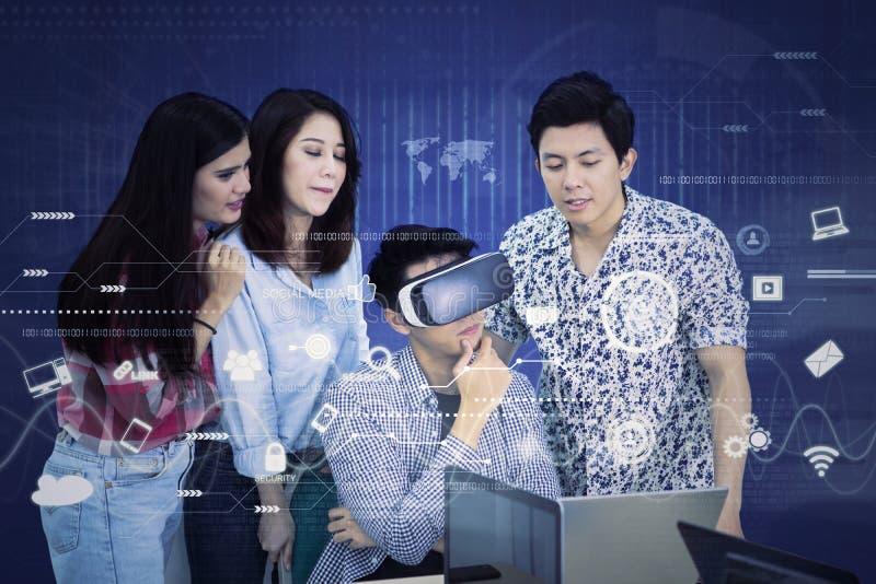 El hombre confundido utiliza gafas de un VR con sus socios imagenes de archivo