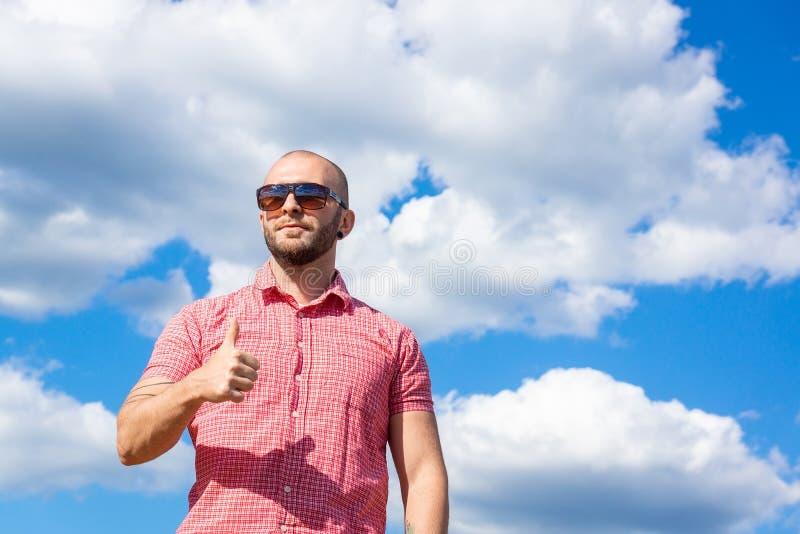 El hombre contra el cielo fotografía de archivo libre de regalías