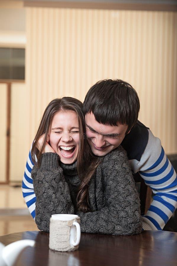 El hombre cosquillea a la mujer de risa foto de archivo