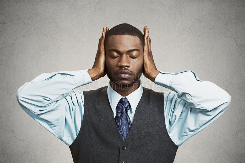 El hombre cubre sus oídos, ojos cerrados, no oye, ve ningún concepto malvado imagenes de archivo