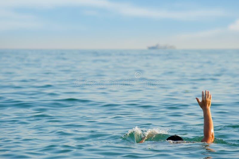 El hombre de ahogamiento foto de archivo