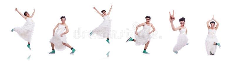 El hombre de baile divertido que lleva en el vestido de la mujer aislado en blanco fotografía de archivo
