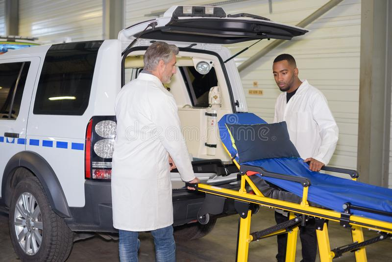 El hombre de Escue sacó el strecher de la ambulancia imagen de archivo