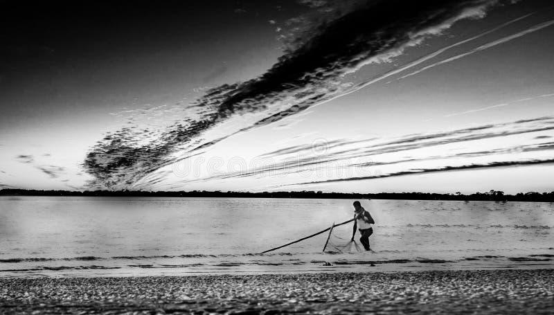 El hombre de Fisher ve la playa fotografía de archivo
