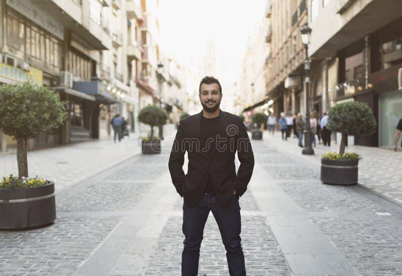 El hombre de la actitud en ciudad imagen de archivo libre de regalías