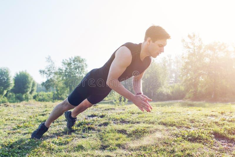 El hombre de la aptitud que hace pectorales que aplauden ejercita el entrenamiento intenso al aire libre imágenes de archivo libres de regalías