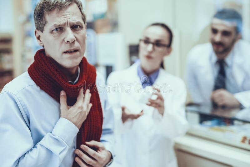 El hombre de la enfermedad compra un medicamento en farmacia fotos de archivo libres de regalías