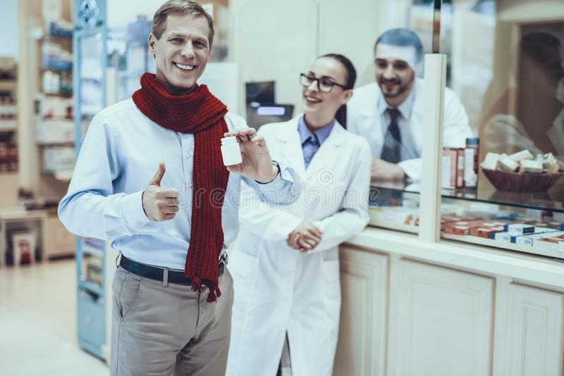 El hombre de la enfermedad compra un medicamento en farmacia imagenes de archivo