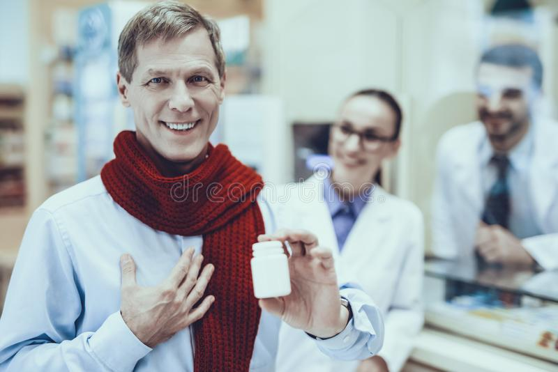 El hombre de la enfermedad compra un medicamento en farmacia fotos de archivo