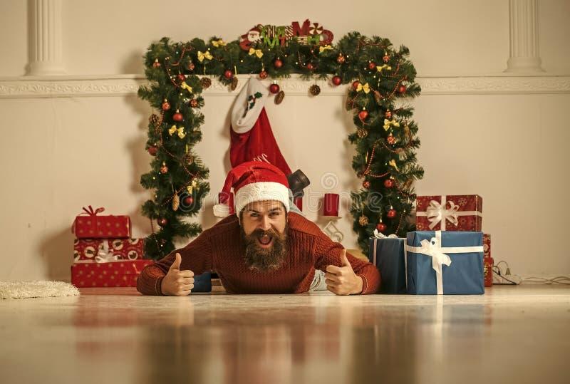 El hombre de la Navidad con la barba en cara feliz encajona actualmente fotografía de archivo libre de regalías