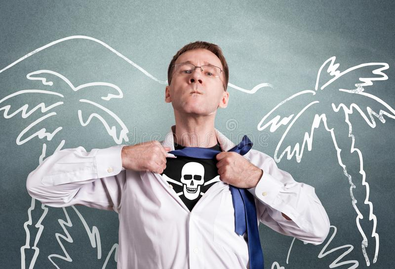 El hombre de la oficina abre una camisa blanca y muestra un cráneo y los huesos del símbolo del pirata Contra la perspectiva de d imágenes de archivo libres de regalías