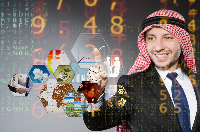 El hombre de negocios árabe que presiona los botones virtuales fotos de archivo
