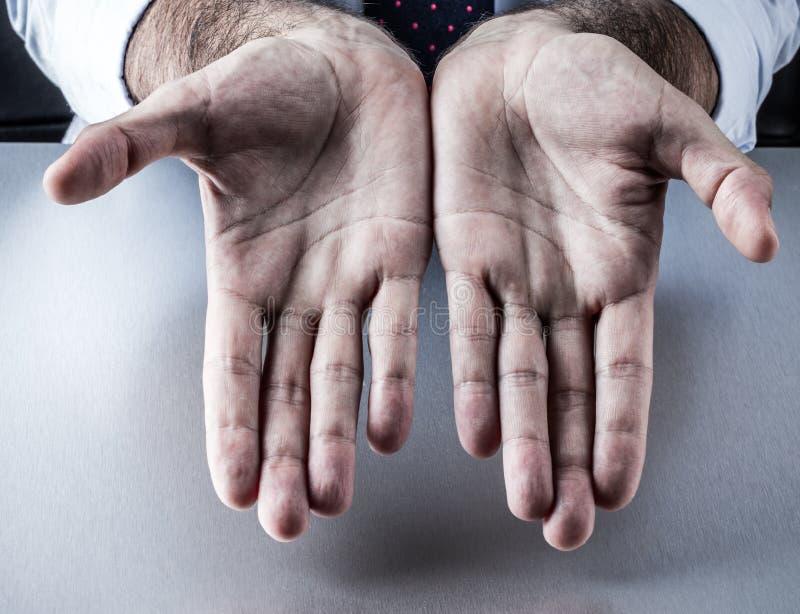 El hombre de negocios abrió las palmas vacías para el símbolo de la generosidad, negocio, presentación fotos de archivo libres de regalías