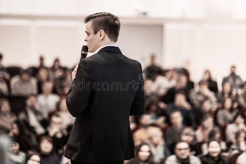 El hombre de negocios acertado lleva a cabo el congreso de negocios para la prensa imagen de archivo