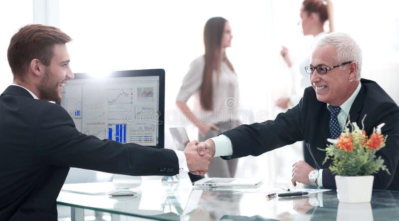 El hombre de negocios acoge con satisfacción al socio comercial que sacude las manos fotos de archivo libres de regalías