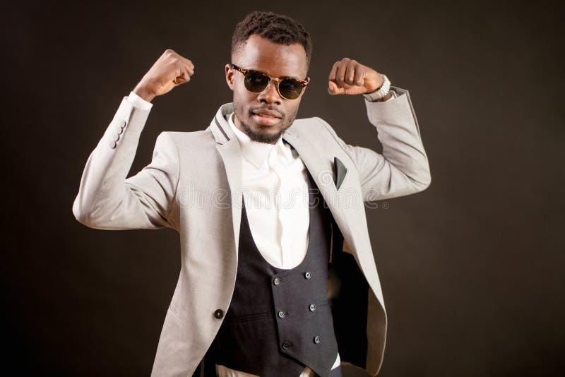 El hombre de negocios africano potente muestra el bíceps Asunto acertado CEO fuerte fotografía de archivo