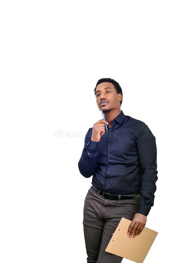 El hombre de negocios afroamericano joven que se oponía a blanco aisló el fondo y el gesto de pensamiento fotografía de archivo