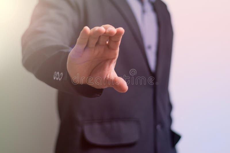 El hombre de negocios alcanza hacia fuera la mano foto de archivo libre de regalías