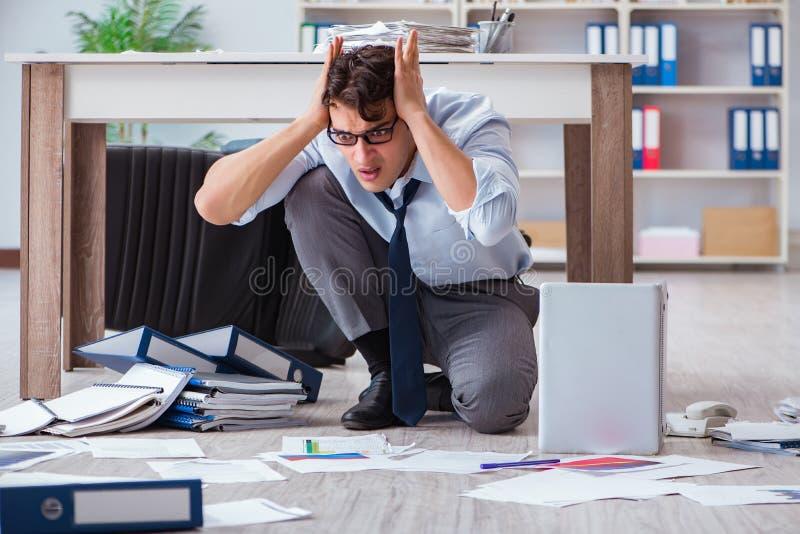 El hombre de negocios arruinado enojado en el piso de la oficina fotografía de archivo libre de regalías