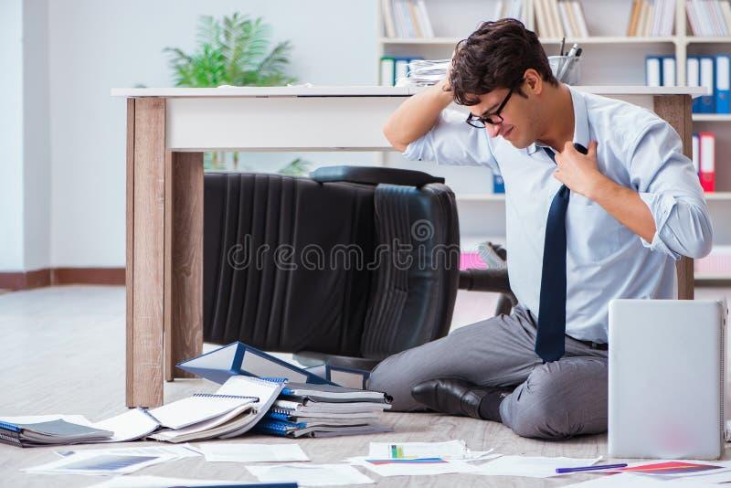 El hombre de negocios arruinado enojado en el piso de la oficina imagen de archivo