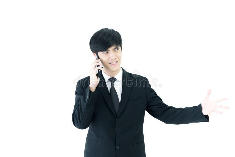 El hombre de negocios de Asia con el traje negro y la corbata negra tiene b que habla foto de archivo