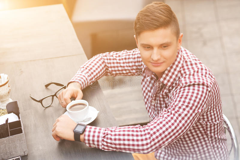 El hombre de negocios atractivo está descansando en café fotografía de archivo libre de regalías