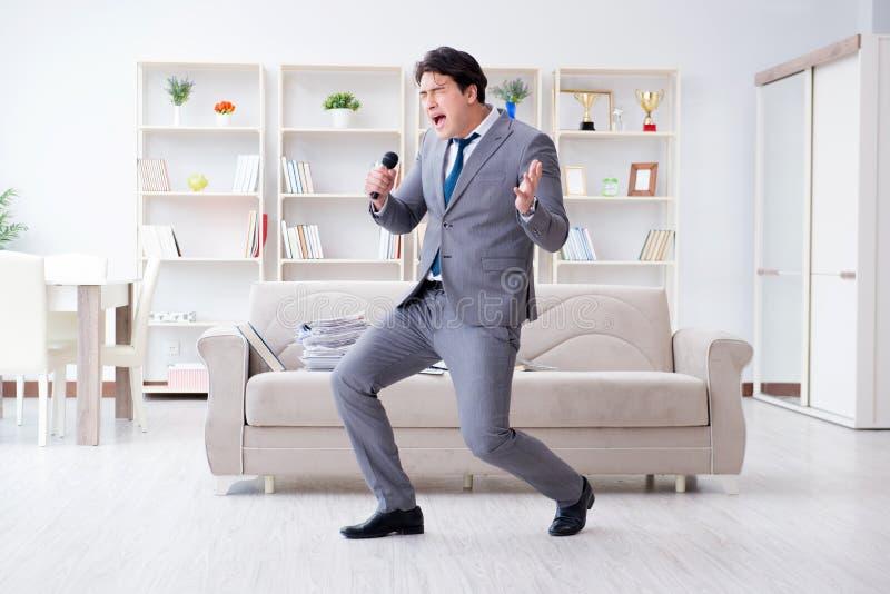 El hombre de negocios borracho que celebra en la oficina imagen de archivo libre de regalías