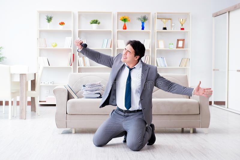 El hombre de negocios borracho que celebra en la oficina foto de archivo