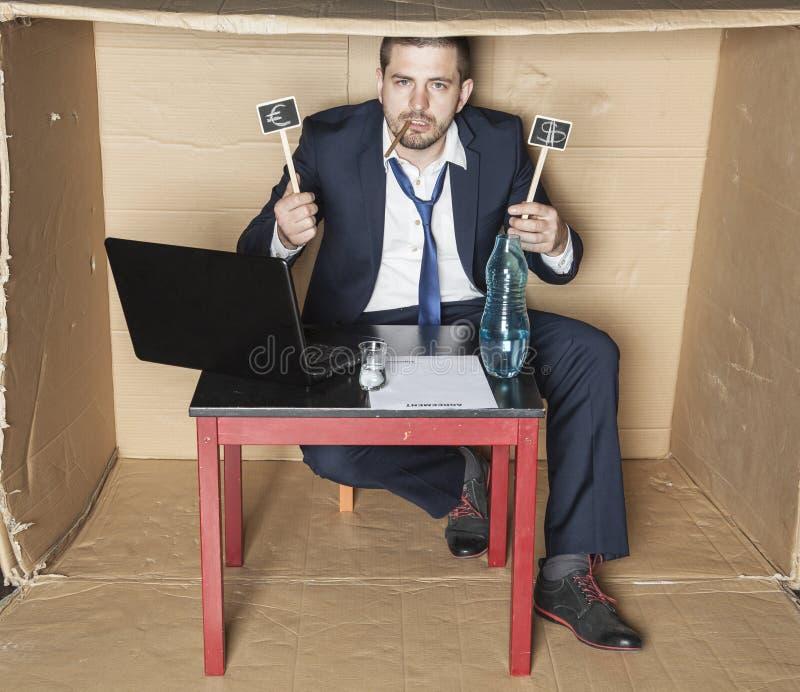El hombre de negocios borracho se jacta ganancias imagenes de archivo