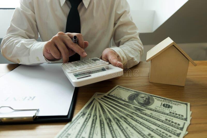 El hombre de negocios calcula negocio de la casa del precio de venta Ins casero del agente fotografía de archivo libre de regalías