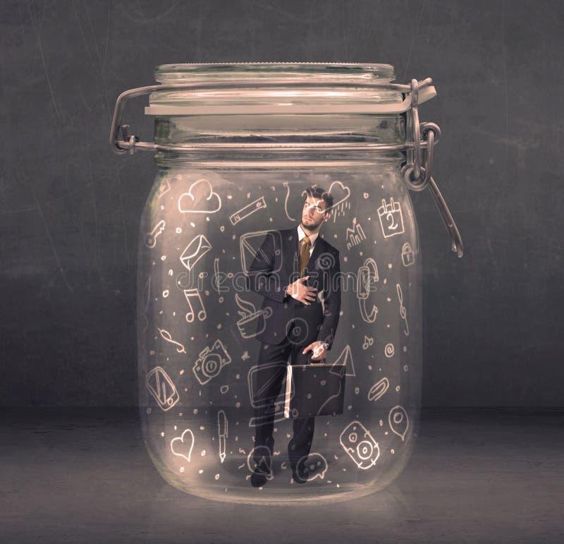 El hombre de negocios capturó en el tarro de cristal con los medios iconos dibujados mano c foto de archivo libre de regalías