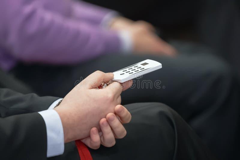 El hombre de negocios celebra la votación del panel de control  Conferencia de asunto imágenes de archivo libres de regalías