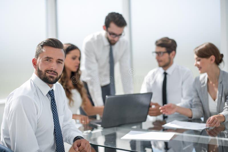 El hombre de negocios celebra una reunión de funcionamiento con el equipo del negocio imagen de archivo libre de regalías