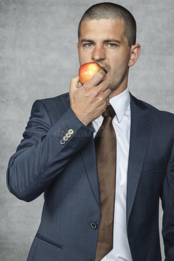 El hombre de negocios come las vitaminas foto de archivo libre de regalías