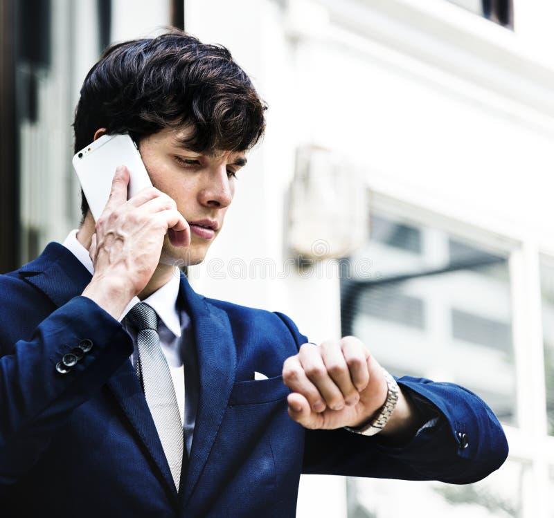 El hombre de negocios comunica en el teléfono imagen de archivo