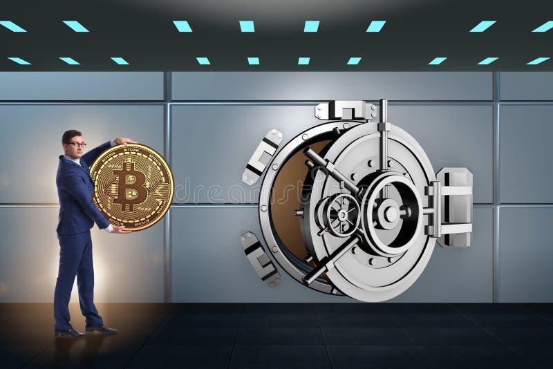 El hombre de negocios con el bitcoin delante de la puerta de la cámara acorazada foto de archivo libre de regalías