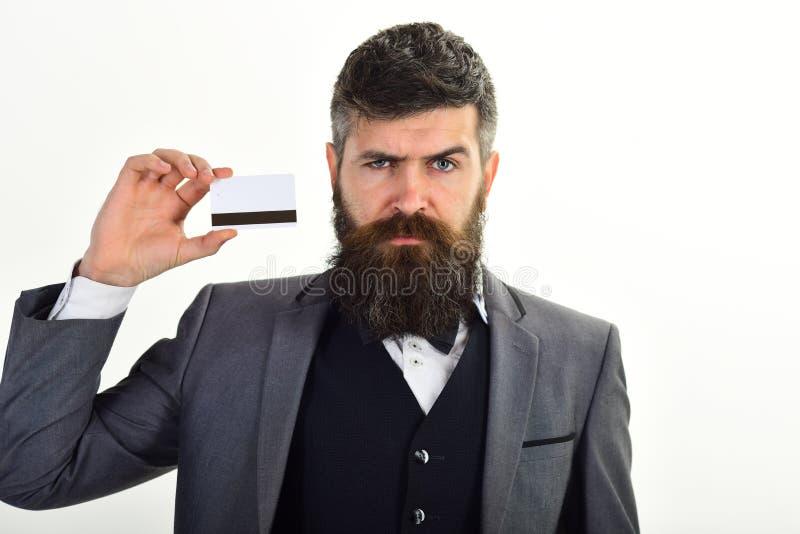 El hombre de negocios con la barba sostiene la tarjeta de crédito Confianza de banquero en seguridad y confiabilidad del sistema  imagen de archivo