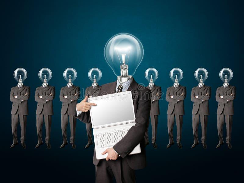 El hombre de negocios con la lámpara-pista tiene una idea imagenes de archivo