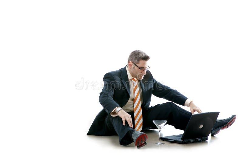El hombre de negocios controla su email (el Workaholic) fotos de archivo