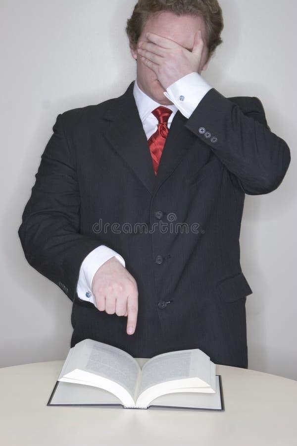 El hombre de negocios cubre ojos y el po fotos de archivo libres de regalías