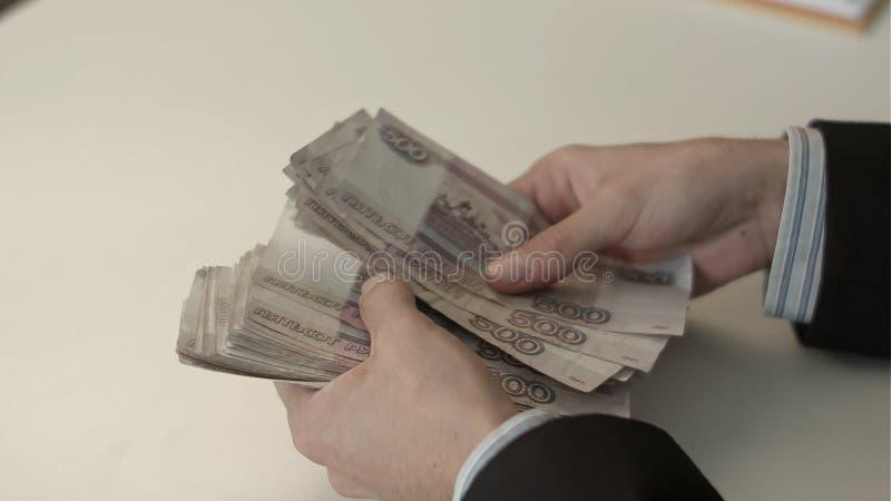 El hombre de negocios cuenta el dinero en manos fotos de archivo libres de regalías