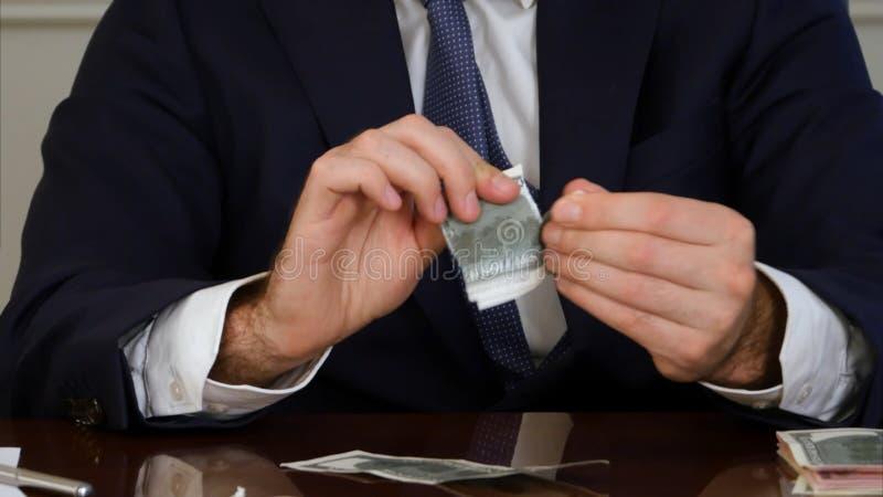 El hombre de negocios da el dinero de los rasgones imágenes de archivo libres de regalías