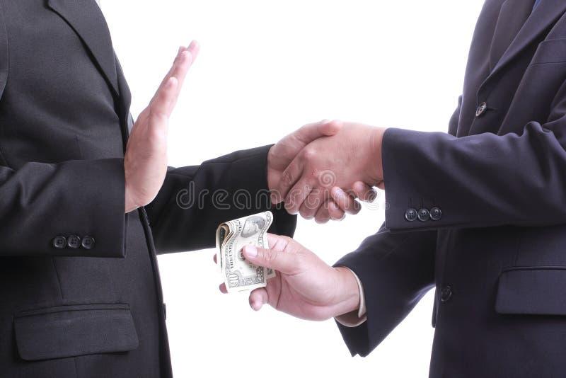 El hombre de negocios da a dinero para la corrupción algo pero otro peop imagen de archivo